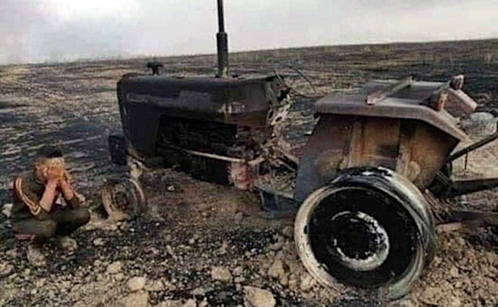 Rolnik opłakujący spalony traktor, Irak czerwiec 2019.jpg